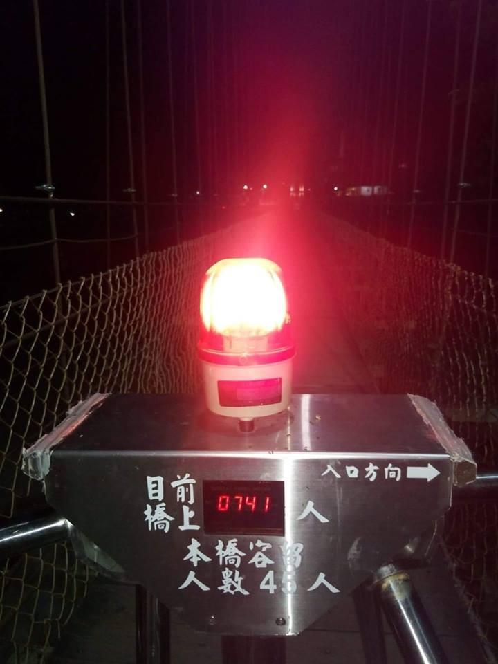 鬼月別亂跑!深夜橋上全空的卻顯示「目前人數 0741人」:你去X一人…