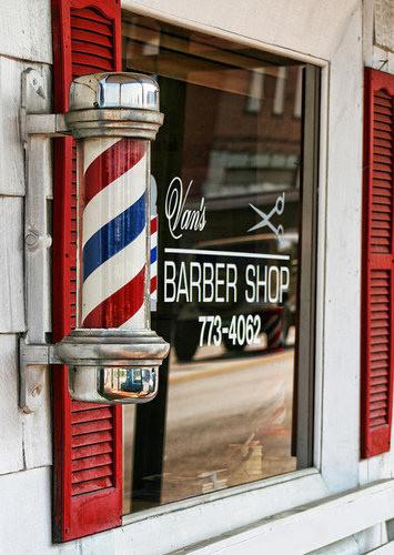 理髮店「三色旋轉燈」的由來 設計師除了剪髮還要放血:外科只是兼職啦!
