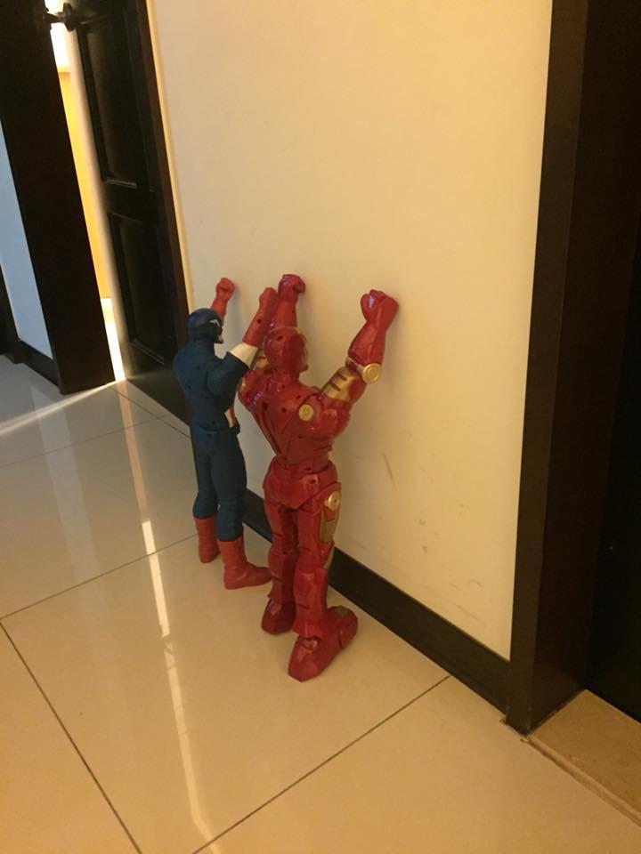 3歲萌娃被罰站 怒請「2大救世英雄代打」網笑:太有才了!