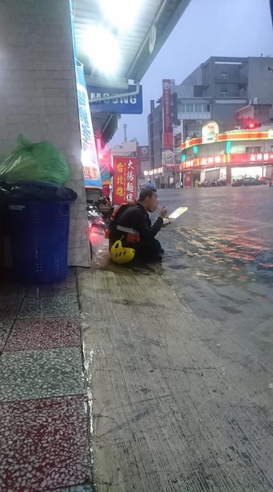 台南警消救災搶時間!「半身泡水」蹲垃圾桶旁吃便當 網心疼:苦的都是基層