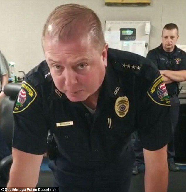 工作32年警官退休前「最後一通無線電」 一聽聲音秒紅眼眶:真的是你嗎?