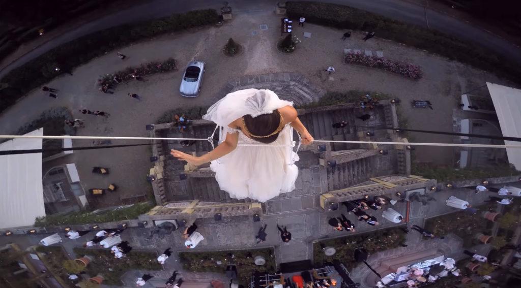 最夢幻婚禮!新娘坐「250顆純白氣球」升上天 宛如仙女降落現場