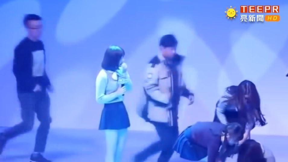 韓國偶像「頻傳過勞昏倒」 EXO燦烈堅持撐完表演...粉絲超心疼!