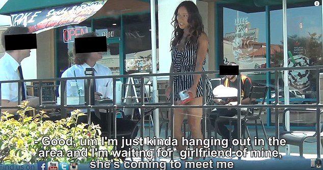 女友測試男友忠誠度 辣妹彎腰「露出誘惑三角州」馬上得到電話號碼!