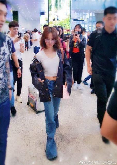 蔡依林穿短版上衣出現機場 粉絲一看傻眼「肚子那一圈」也太放鬆了吧!