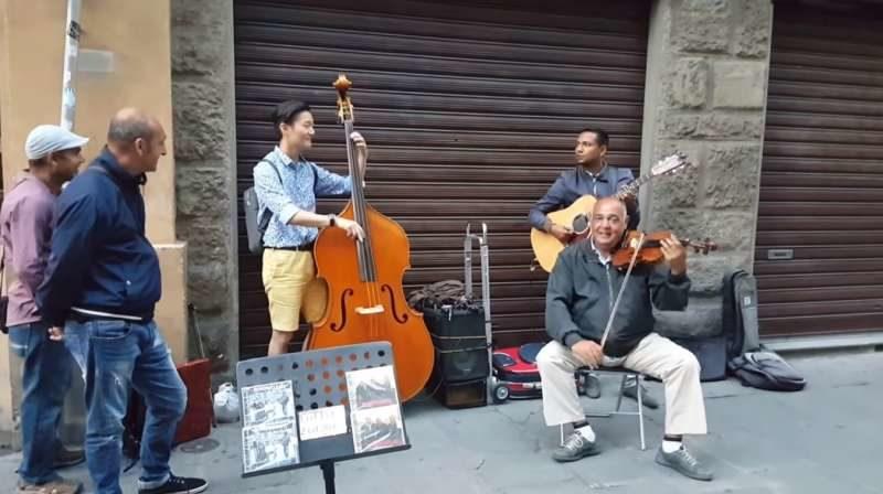 韓國歐巴亂入街頭藝人表演 節拍一下奏出「優美和諧爵士樂」征服路人!