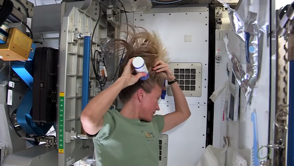 太空人怎麼洗頭?無重力狀態下 親自示範「賽亞人抓法」