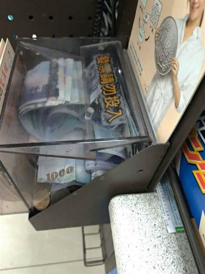 禁投發票用現金灌爆 超商捐款箱驚見「厚厚一疊藍色小朋友」網暴動:朝聖了!