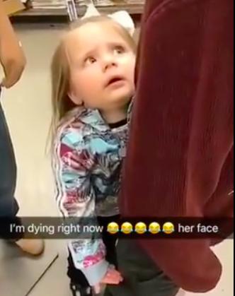 影/逛街「認哥哥」抱緊不肯走...媽媽戳破女兒幻想:他沒有頭! 小女孩嚇歪定格