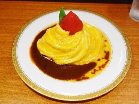 玉子的洋裝!日本師傅露一手「升級版渦卷蛋包飯」 視味覺加倍滿足