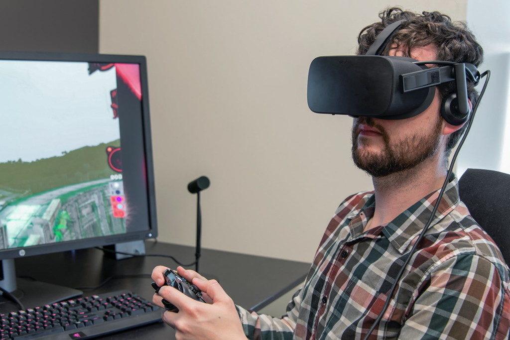 宅宅沉迷VR連玩700小時 5個月後...視力從0.3→1.0!