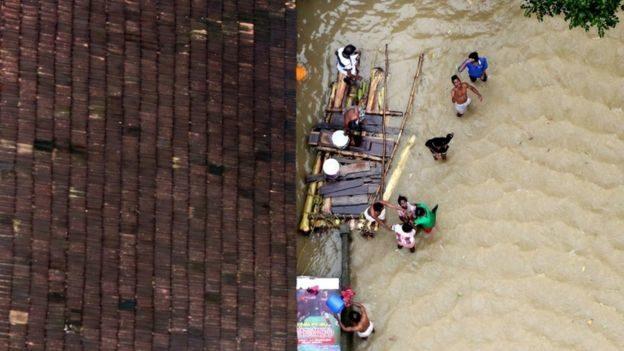 狗狗受困洪水中「死命游到快沒力氣」 4壯漢組隊救援成功拉上岸:別怕我們來救你了!
