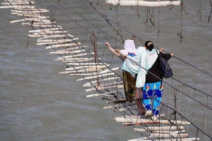 23張看到會讓人忍不住讚嘆的驚奇照 奇特男直接在「馬路上水坑」釣魚!