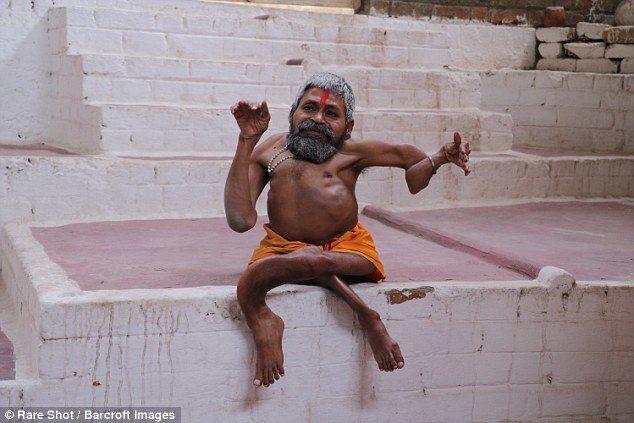 印牧師身高60公分 身體「打成活結」居民:他是神明轉世