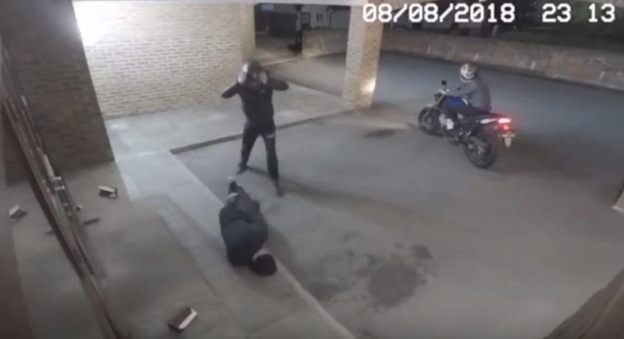 3笨賊拿磚塊砸窗搶劫 豬隊友用力一丟「直接命中腦袋」丟下昏迷同伴落跑!