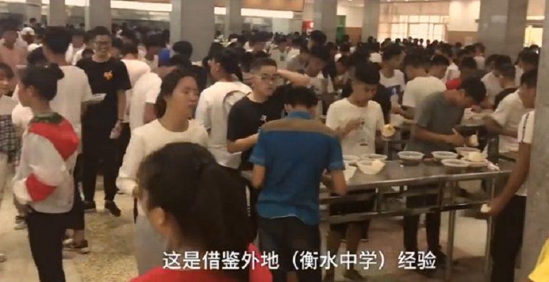陸高中撤掉學餐所有椅子 逼學生站著吃飯:時間要花在讀書上
