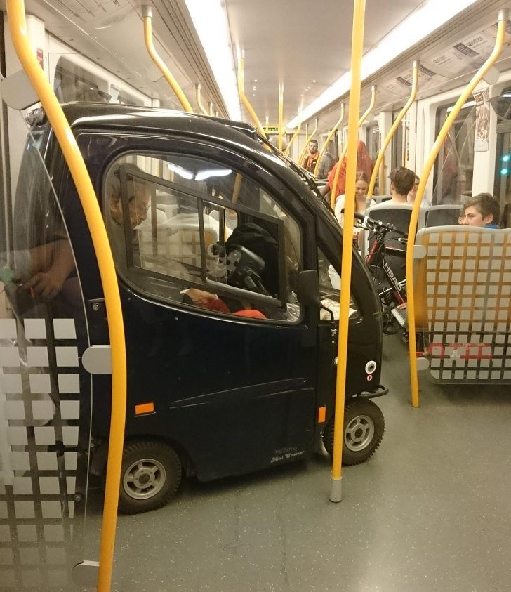 19位「不屑一般交通方式」超獵奇人 輪椅奶奶hen潮!