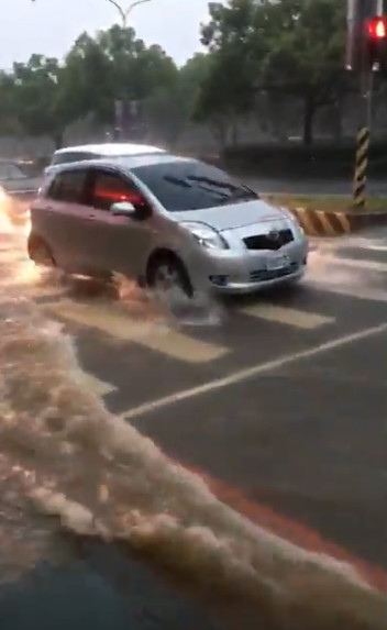 暴雨侵襲台中「台灣大道直接變成河」 騎士涉水推車差點被沖走:這是中港溪?