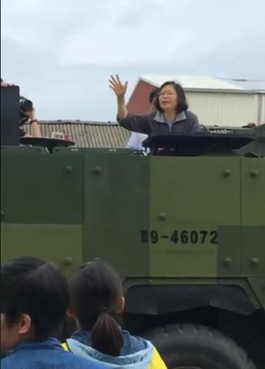 蔡英文到嘉義勘災「站裝甲車」微笑揮手 涉水逼開民眾...居民怒:下來走啊!