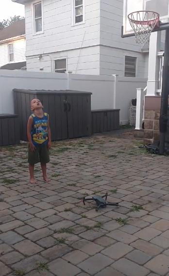 空拍機新功能!爸爸「新招幫兒子拔牙」 3秒猛烈升空術直接省掛號費