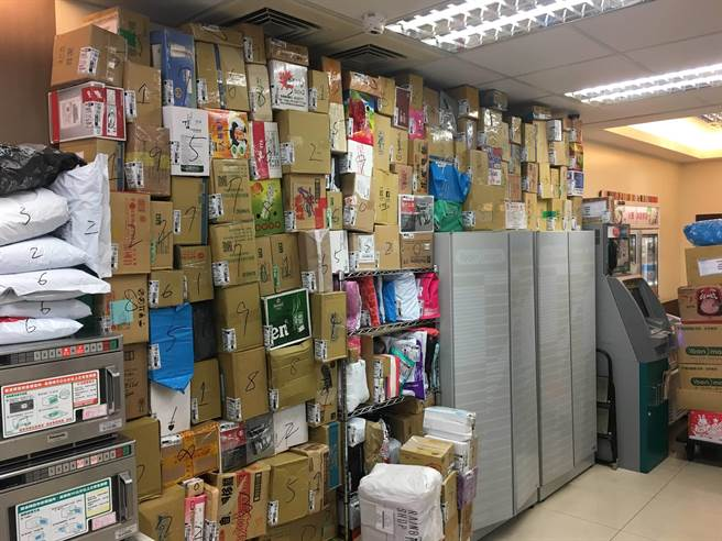 5大袋包裹「堆疊」超商門口 眾人嚇傻:求店員和送貨司機心理陰影面積