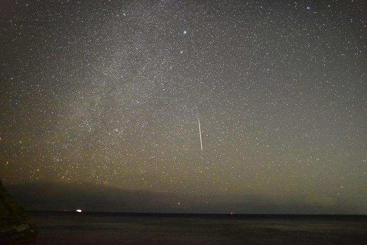 天文盛事!英仙座流星雨超壯觀 民眾捕捉「神秘綠光」劃過