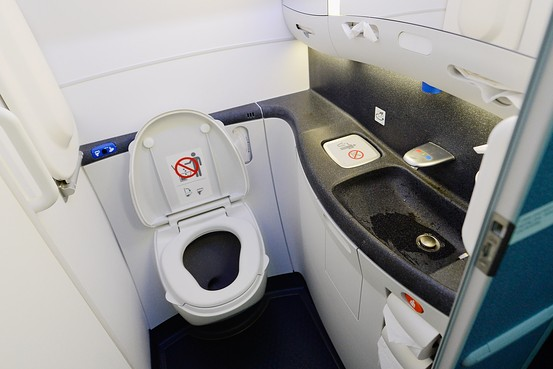 搭飛機時應該「什麼時候去廁所」?空姐爆:留意安全帶信號燈