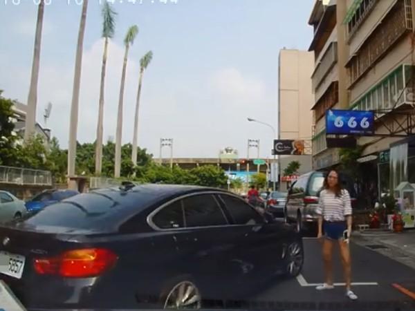 他賣命找到「一格停車位」 下秒卻被人肉霸佔PO文討拍...網歪:那妹太辣你讓一下