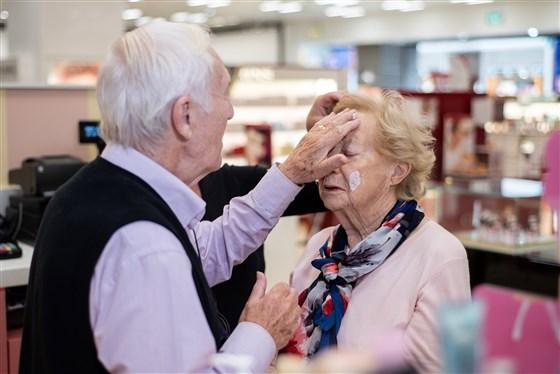 不捨愛妻老化失明 暖心爺花數月「學當專屬彩妝師」:永遠讓妳美美的!