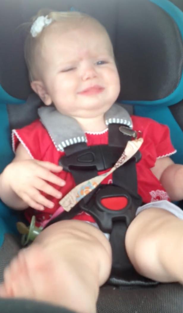 使勁哄都沒用!寶寶猛爆狂哭 一播「凱蒂佩芮的歌」秒High:是我的歌~