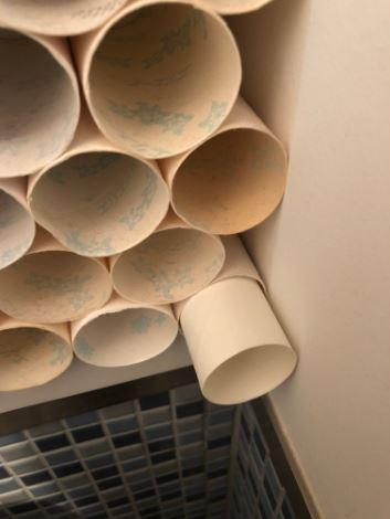 捲筒衛生紙堆10年!「密集恐懼症藝術」整面牆直接變成蜂窩...他:我還要繼續~