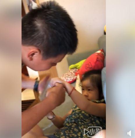 國軍難得回家因「823泡戰」被召回 3歲女兒抱抱哭:把拔不要走......