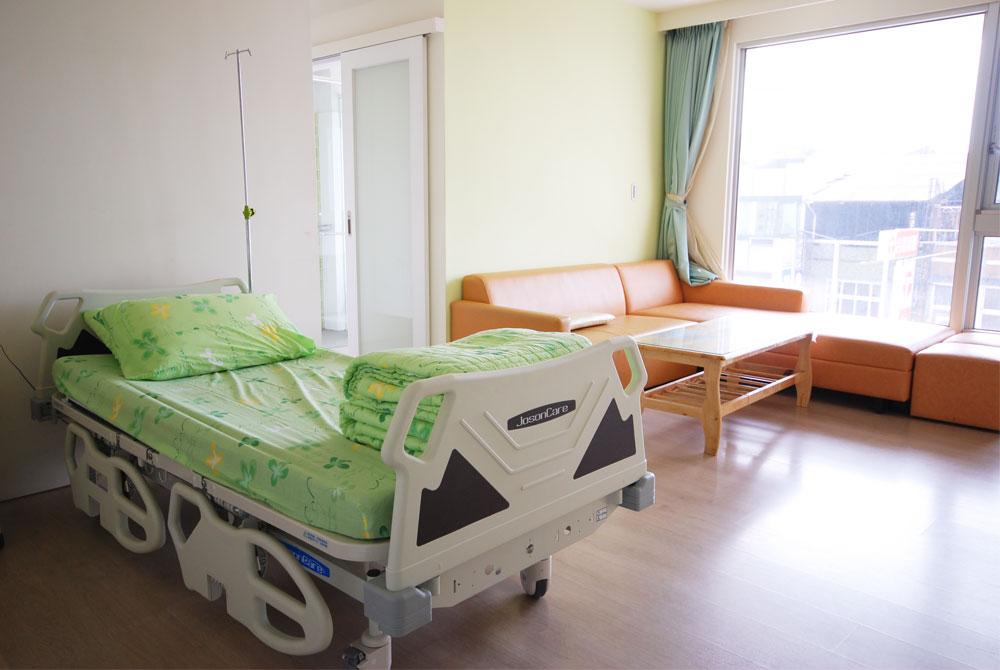 病房當KTV!外勞半夜2點開視訊唱歌 病人睡不著:隔天一早還安可…