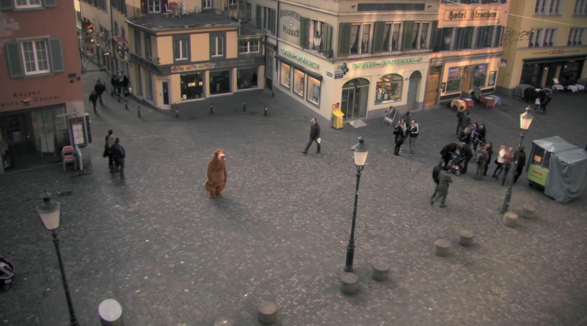 大熊布偶裝在街上跟路人擁抱 他「摘掉面具後」反映人性最醜陋的一面