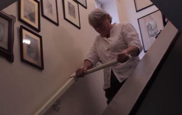 老人上下樓梯超辛苦 15歲少女發明超神「會動的扶手」以後不怕跌倒!