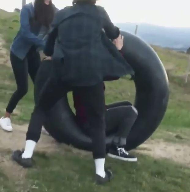 男子挑戰坐輪胎滾下山 滾到一半「白色巨物衝出」網友罵翻!