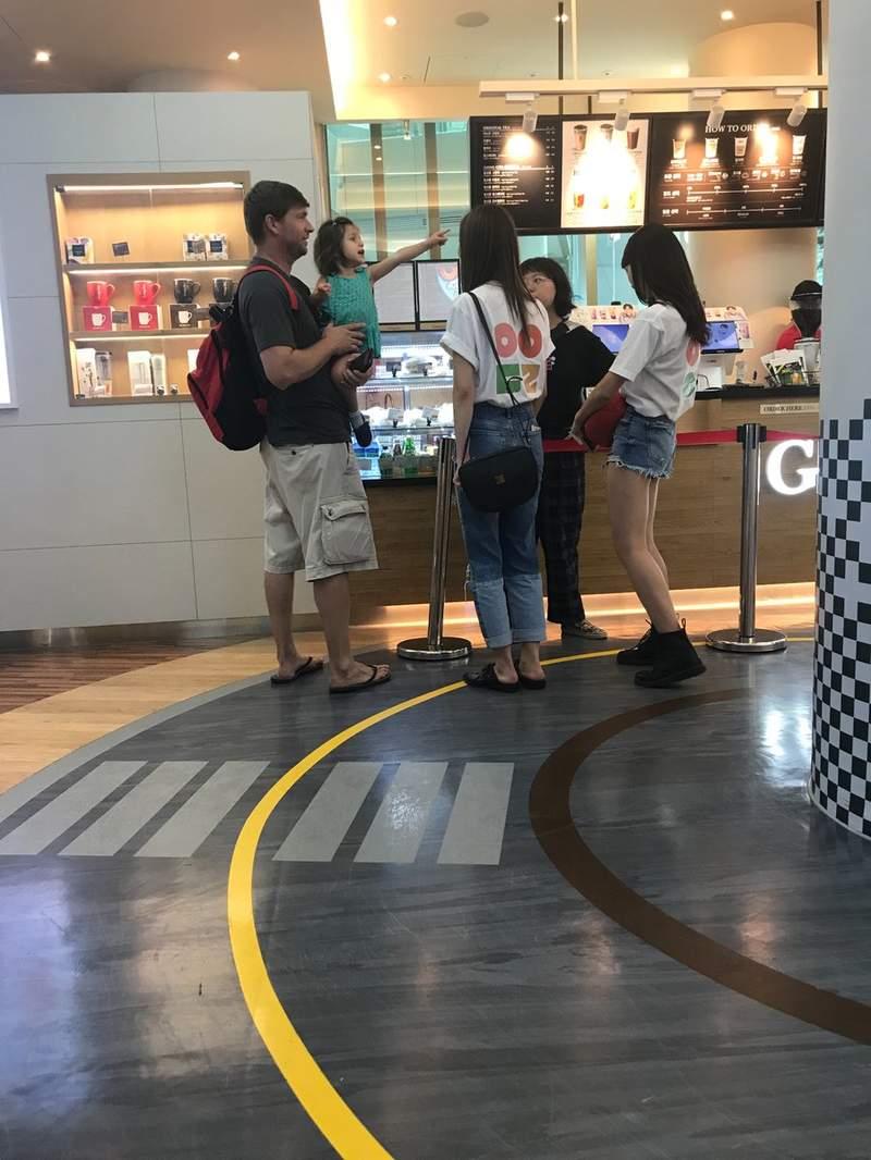 機場巧遇TWICE!偶像「主動倒貼」認不出:這兩個女的是誰?