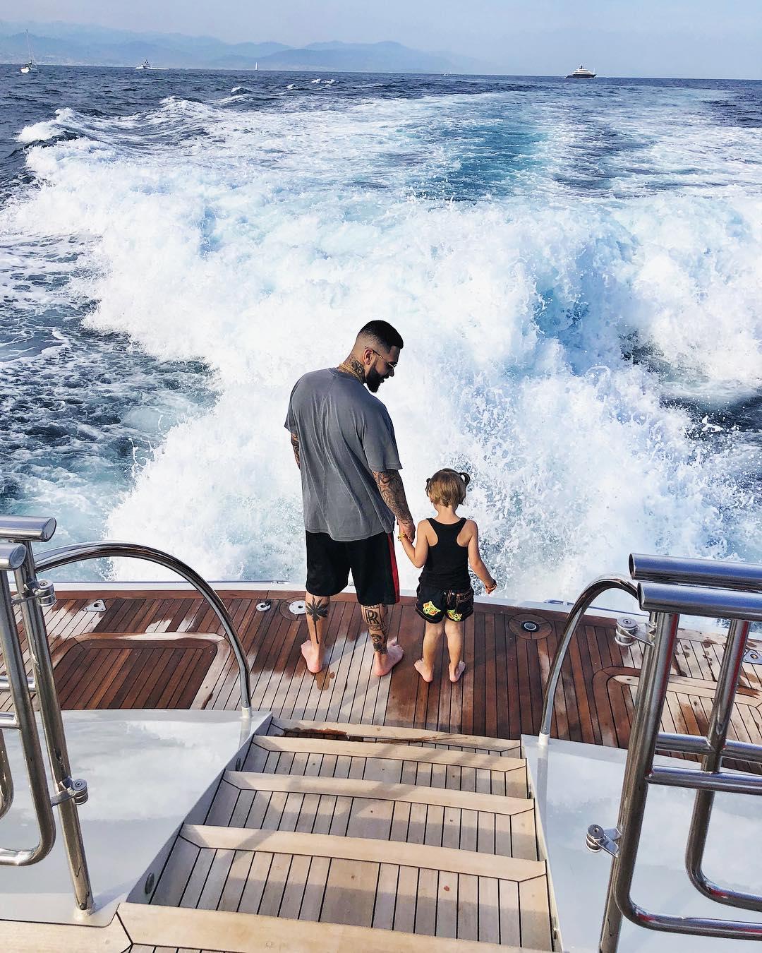 4歲女兒等到不耐煩 秒搶老爸手機「轉身丟入海」噗通~掰掰~