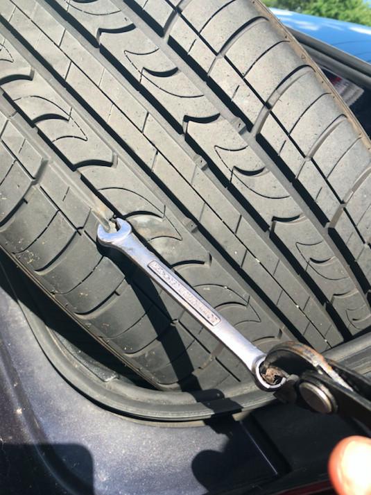 影/高速公路上聽見巨響 足球男發現輪胎被「小扳手」插出大洞