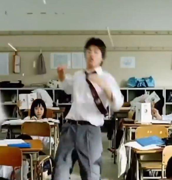日本牛奶「10年前超鬧廣告」被翻出!誇張神展開讓你想馬上喝牛奶啊XD