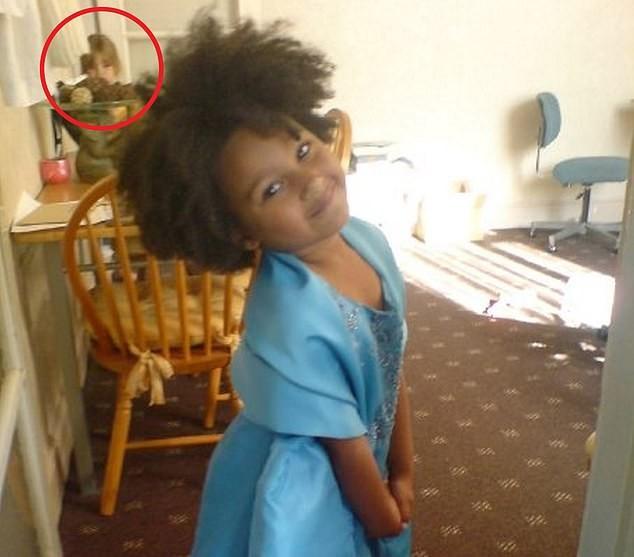 時空旅人預言?7歲女兒坐大女兒後面盯著看 老媽傻眼:這是10年前的照片啊!