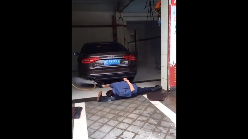 洗車師傅「劈腿神技」沖底盤 全網驚呆跪著看:難道是被生活耽誤的芭蕾舞者!