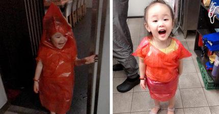 美麗華大雨驚見「超萌紅衣小女孩」 垃圾袋→防水雨衣好喜翻♡:想跟佩佩豬一樣踏水~