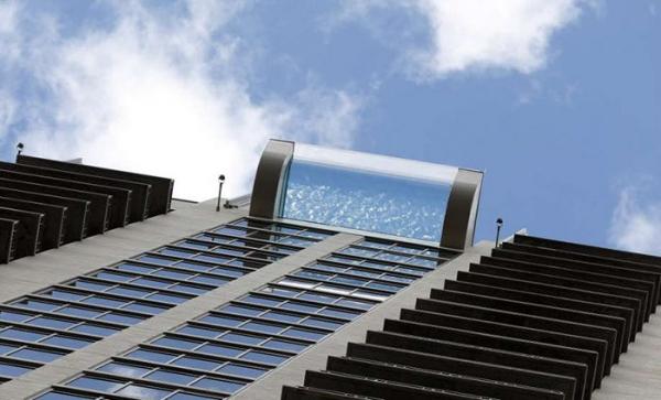 夭壽高!42層樓絕美透明泳池「直接看到街上人車」 懼高症光看影片都腿軟~