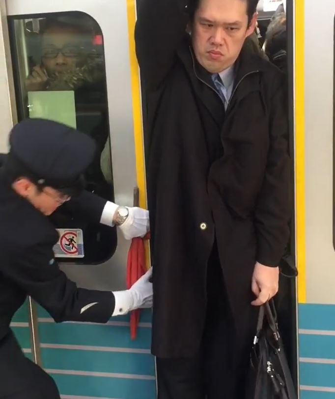 站務人員吃奶推門!地鐵淡定叔「再擠都能滑手機」:什麼情況老子沒見過