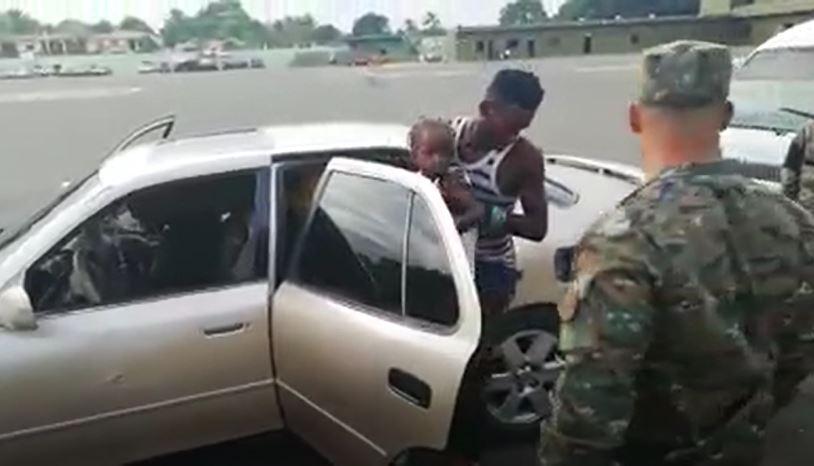 軍警攔下轎車盤查 一開門「走出12人」!後車箱到底怎麼塞進5個人的...