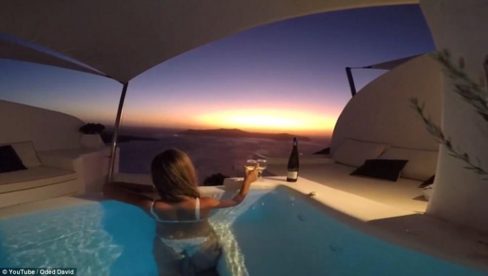 入住飯店卻看到「神秘藍色通道」!泡游泳池裡香檳配夕陽 夢幻景象讓人超陶醉