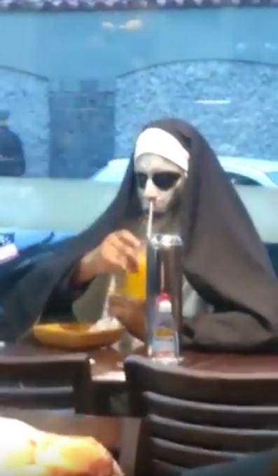 鬼修女獨自吃漢堡 一失神「吸管戳進鼻孔」森77瞪人:看什麼看!