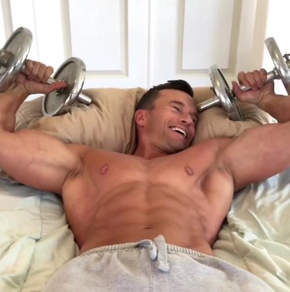 根本健身魔人啊!每天一起床就練肌 做任何事都要舉啞鈴:大肌肌超可口