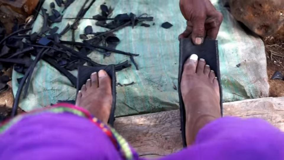 解救無數腳底板!肯亞鞋匠純手工製「輪胎涼鞋」 平價新潮被搶翻:超skr~